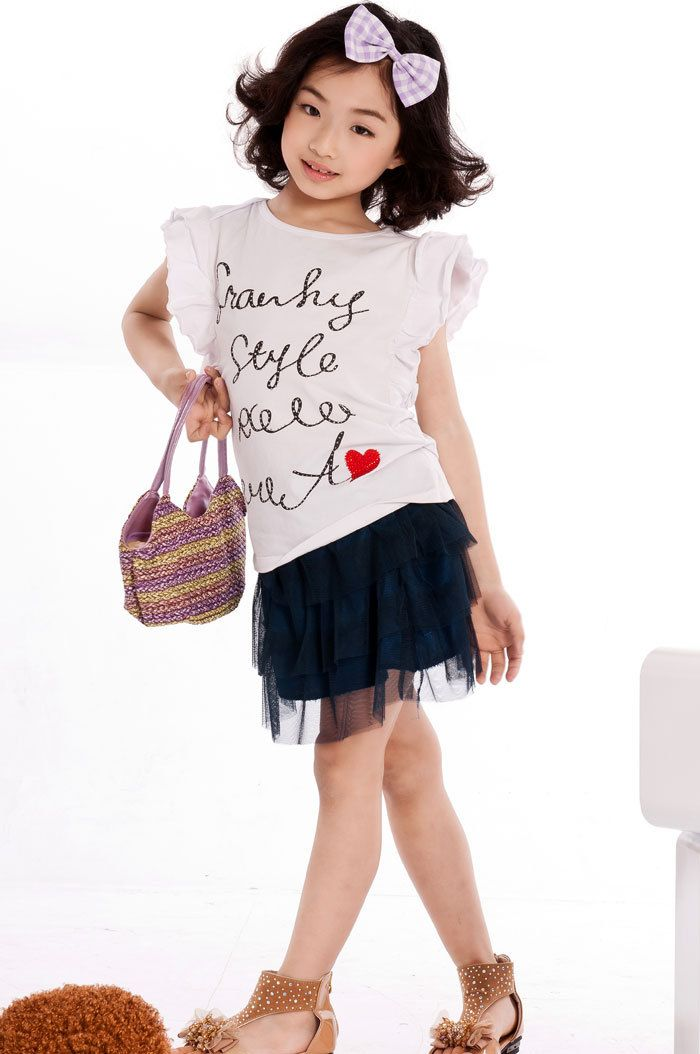 phối áo thun với chân váy bé gái