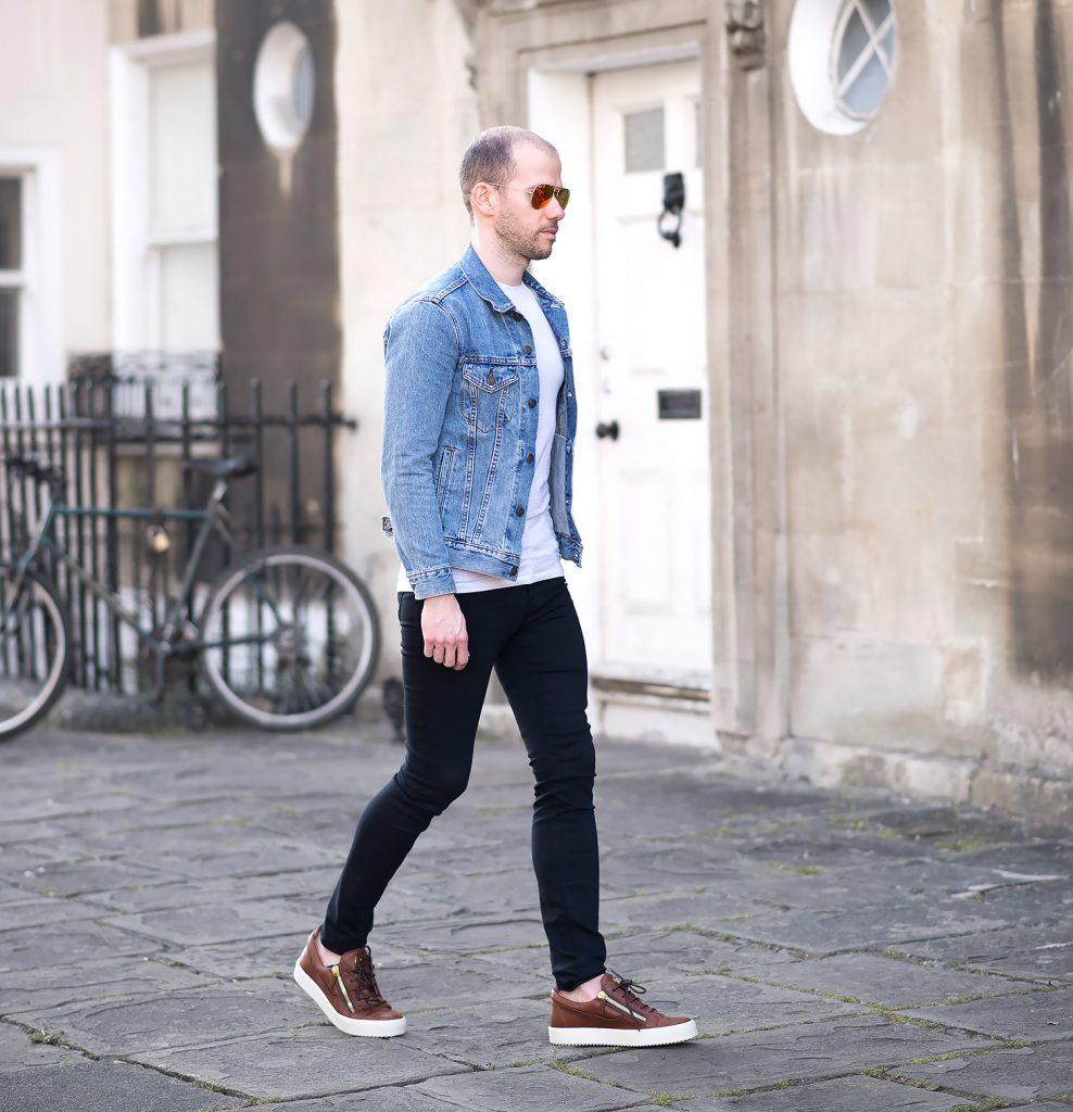 chọn quần áo kết hợp với giày màu nâu