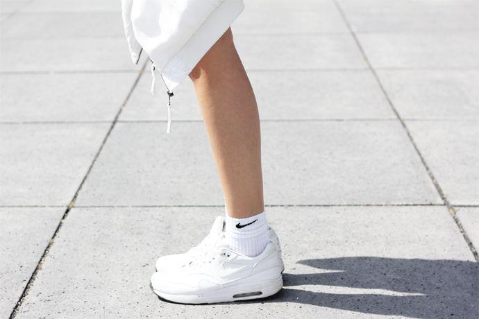giày màu gì dễ mặc quần áo